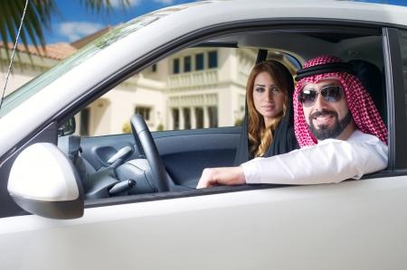 Couple arabe dans la voiture près de la maison Banque d'images - 16591031