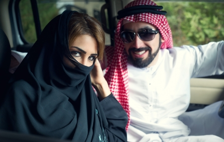 Couple arabe dans la voiture pr�s de la maison photo