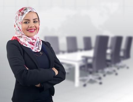 Beau modèle arabe en hijab avec un beau sourire Banque d'images - 25068368