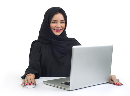 Belle femme d'affaires arabe travaillant sur son ordinateur portable photo