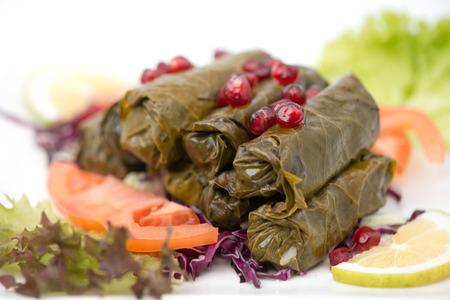 comida arabe: Hojas de vid rellenas placa de cocina libanesa Foto de archivo