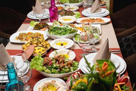 comida arabe: La tabla con los distintos alimentos árabe sirvió Foto de archivo