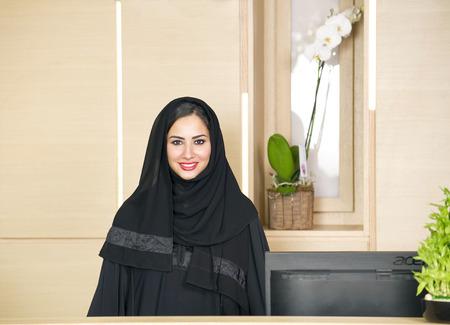 fille arabe: Réceptionniste d'Arabie à help desk Banque d'images