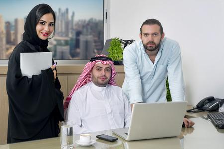 Multirracial Reunión de negocios en oficina, árabe empresario y secretario árabe hiyab y una reunión en la oficina de Extranjeros Foto de archivo