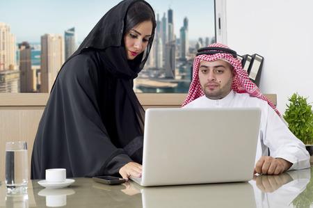 Réunion d'affaires dans le bureau, arabe Secrétaire arabe d'affaires et de porter le hijab travail sur ordinateur portable Banque d'images - 33047687