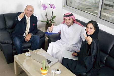 オフィスでは、オフィスで外国人と会議アラビア ビジネス人々 ビジネス会議 写真素材