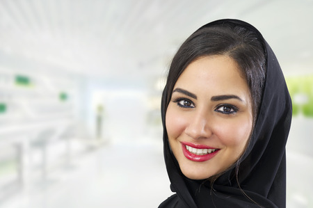 Hijab 착용 아라비아의 아름 다운 아라비아 여자의 초상화, Hijab 착용하는 아라비아 사업가