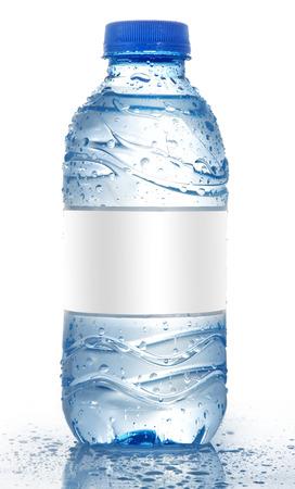 botella: Botella de agua de soda con etiqueta en blanco aislado en blanco, Maqueta de la botella de agua