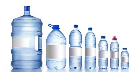 agua purificada: Diferentes botellas de agua aisladas en blanco, botellas de agua Maqueta Foto de archivo