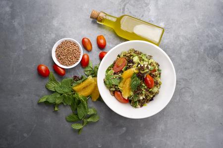 tomato  salad: Deliciosa ensalada de lentejas vegetariano con lim�n, menta y tomate cherry Foto de archivo