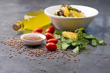 ensalada tomate: Deliciosa ensalada de lentejas vegetariano con lim�n, menta y tomate cherry Foto de archivo