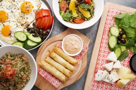 comida arabe: varios platos libaneses  cocina mediterránea