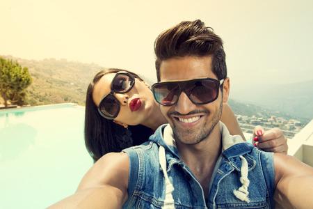 Portrait de groupe d'amis de prendre des photos avec un smartphone, Couples prenant Selfie Banque d'images - 34970247
