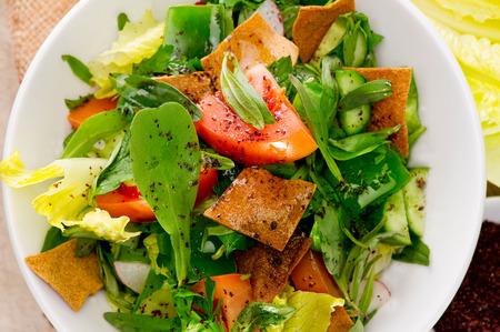 ensalada de verduras: Placa de la ensalada tradicional fattouch �rabe en una placa de madera