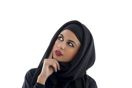 women thinking: Retrato de una hermosa mujer �rabe hiyab, la mujer musulmana que llevaba Hijab Foto de archivo