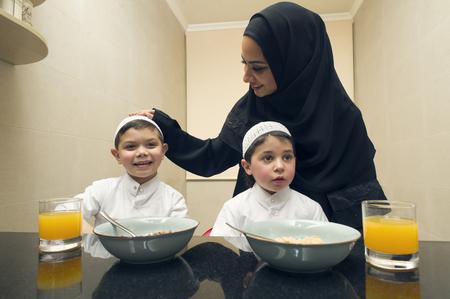 Famille arabe de mère et deux enfants ayant petit déjeuner le matin Banque d'images - 47352605