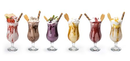 Cocktail gustosi e freschi, bicchieri con deliziosi frullati isolati su sfondo bianco