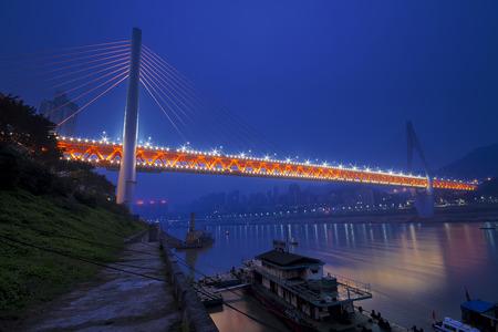 double cross: Chongqing ponte doppio cavo di attraversare il fiume Yangtze Editoriali