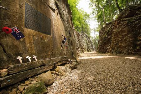"""seconda guerra mondiale: Kanchanaburi, Thailandia - 27 Giugno 2014: Australia, bandiera ricamato su Hellfire Pass in Kanchanaburi della Thailandia, """"Ferrovia della Morte"""" � stata costruita da prigionieri di guerra alleati della Seconda Guerra Mondiale."""