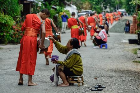 limosna: Luang Pra Bang, Laos: 13 DEC 2014 monjes no identificados caminar para recoger limosnas y offerings.This procesi�n se celebra cada ma�ana temprano en Luang Prabang.