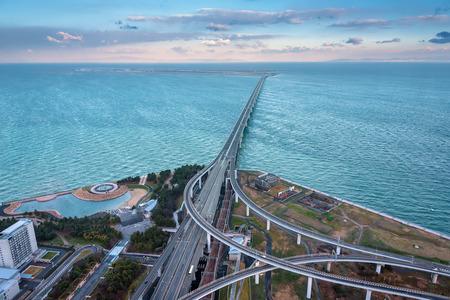 りんくうタウンから海、大阪府の関西国際空港に接続する鉄道橋