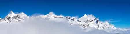 vista panoramica delle montagne di neve intorno al Cervino Peak con nuvole, Zermatt, Svizzera