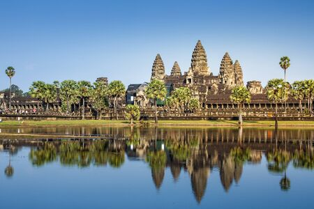 Siem Reap, Cambodia- DEC 6, 2013: Angkor Wat temple, the world largest Hindu temple reflect on water in sunny day. Imagens