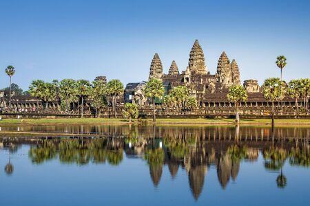 Siem Reap, Cambodja-6 december 2013: Angkor Wat-tempel, de grootste hindoetempel ter wereld, reflecteert op water in zonnige dag. Stockfoto