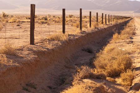 사막 울타리 행에서 끝없는 모습 스톡 콘텐츠