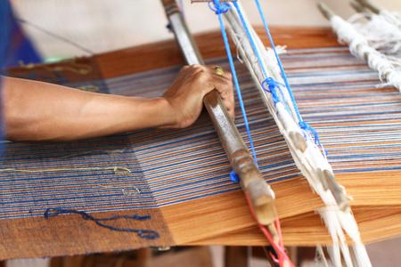 Thailändische traditionelle Dame, die strickende Arbeit webt, Frauenaktivitätsbild, im Landleben Lebensstil am Dorf östlich von Thailand, hausgemachtes Textilgeschäft Standard-Bild - 85921916