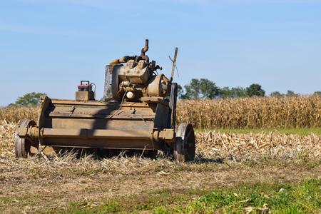 Amish Farm alte Ausrüstung sitzen auf dem Feld an einem sonnigen Herbsttag 3 Standard-Bild - 96102124