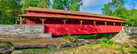 Close Up View of a Restored Old 1844 Covered Bridge on a Sunny Spring Day Panarama Foto de archivo