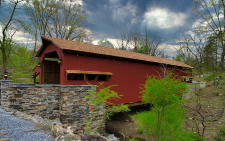 An Old Restored 1844 Covered Bridge on a Sunny Spring Day Foto de archivo