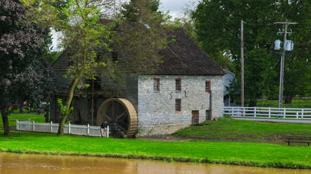 Old Water Wheel Grinding Mill Stone Building on an Autumn Day Foto de archivo