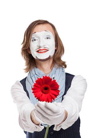 mimo: Artista de m�mica tiende la flor roja - Gerber Foto de archivo