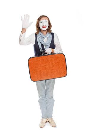 mimo: actor de mimo con naranja maleta alguien da la bienvenida Foto de archivo