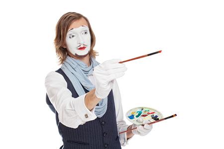 mimo: Artista de m�mica celebraci�n de pinceles y caballete retrata pintor
