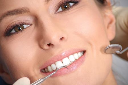 dental healthcare: examen dental de la atractiva chica en la oficina del dentista Foto de archivo