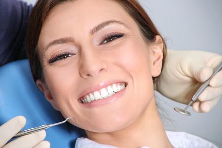 dientes sanos: examen dental de la atractiva chica en la oficina del dentista Foto de archivo