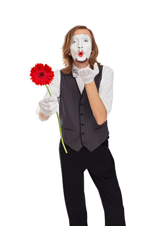 mimo: actor de mimo con una flor env�a un beso al aire