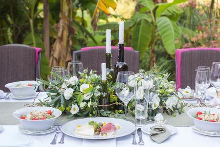 Servi et décoré la table de mariage dans un style rustique Banque d'images - 39381825