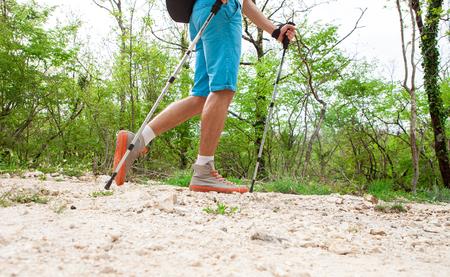 숲을 걷는 스포티 한 젊은 등산객 스톡 콘텐츠