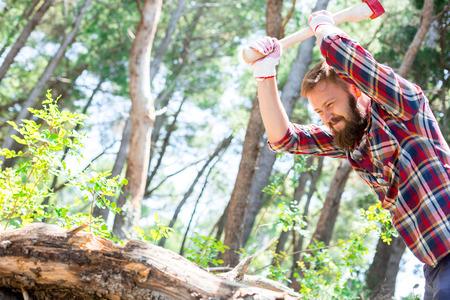 Portrait d'un jeune bûcheron séduisante qui coupe du bois avec une hache Banque d'images - 40219750