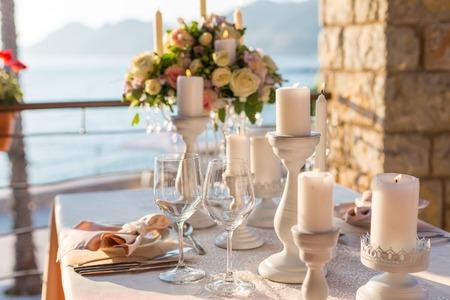 Table décorée avec des fleurs le dîner de mariage. Banque d'images - 42906425