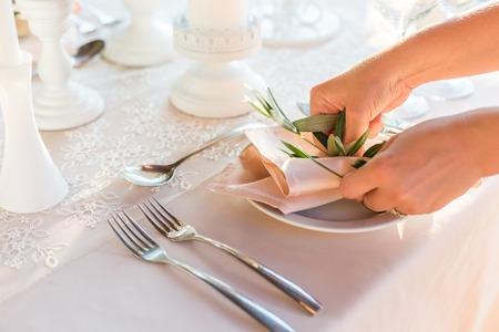 servilletas: mesa decorada con flores de la cena de la boda.