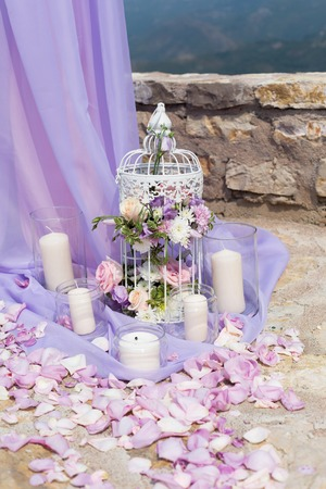 wedlock: White cage with natural roses as decoration on wedding