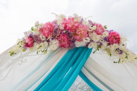 결혼식: 꽃의 의식에 대한 아름다운 결혼식 아치.