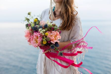Fille avec un style bohème de bouquet de mariage, fond mer Banque d'images - 46503686