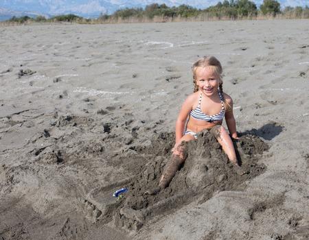 ni�as peque�as: la felicidad cuando se les da permiso para romper el castillo de arena que se construye desde hace mucho tiempo con los padres