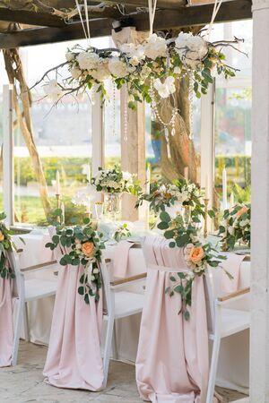 wunderschön dekorierter Tisch mit Blumen für die Hochzeitsfeier
